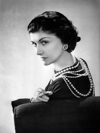 00-holding-5-things-coco-chanel
