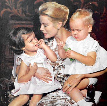 grace-kelly-1960-with-children